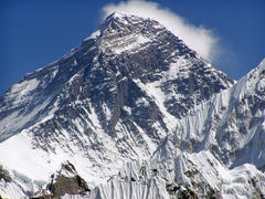 Saudi woman in record-breaking Everest climb