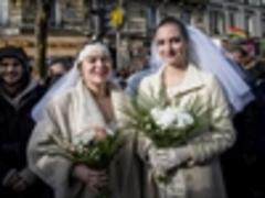 Hollande signs gay marriage bill